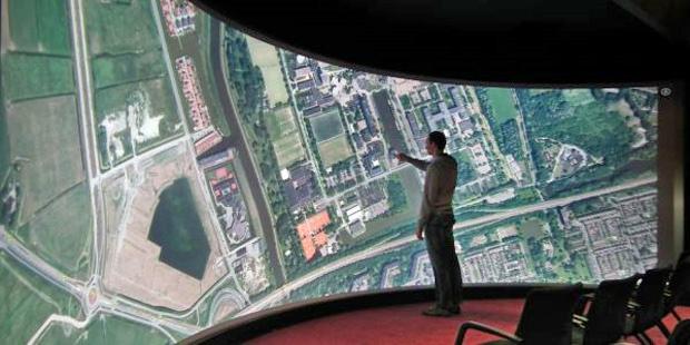 Uma equipe de cientista da Universidade de Groningen, na Holanda, criou uma tela de 10 metro de largura por 2,7 metros de altura e curva em 135 graus. Ela é capaz de detectar uma centena de toques simultaneamente. Atrás da tela existem seis câmeras e 16 l - Crédito: Foto: Reprodução/Universidade de Groningen