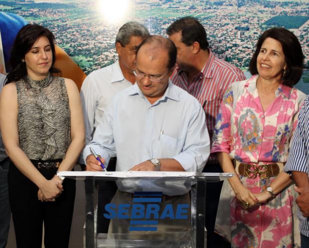 José Carlos Barbosa assina contrato de renovação de concessão com a Prefeitura de Três Lagoas - Crédito: Foto: Divulgação