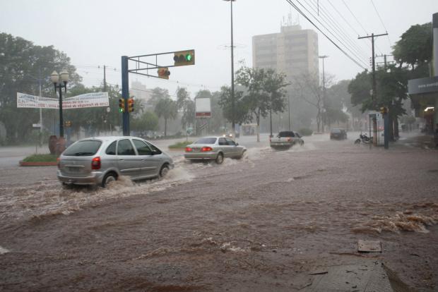 Avenida Marcelino Pires foi tomada pela enxurrada da chuva de ontem - Crédito: Fotos: Hédio Fazan/PROGRESSO