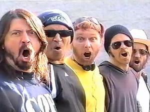 O Foo Fighters, em cena de \'White limo\'  - Crédito: Foto: Reprodução