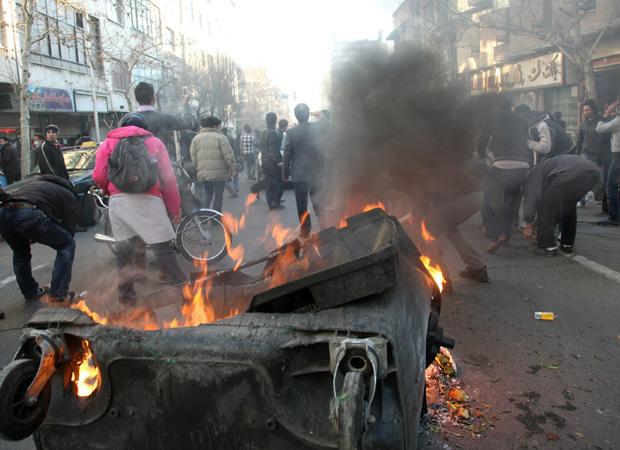 Imagem obtida pela AP mostra carro queimado após confronto em Teerã, capital do Irã, nesta segunda-feira - Crédito: Foto: AP