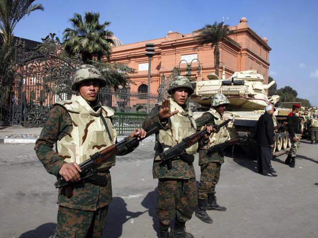 Soldados guardam o prédio do Museu do Cairo, no Egito, neste sábado - Crédito: Foto: AP