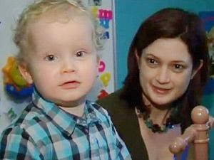 Taliesin Campbell, de 3 anos, com a mãe, Claire, seguindo aos EUA para tratar paralisia. - Crédito: Foto: BBC