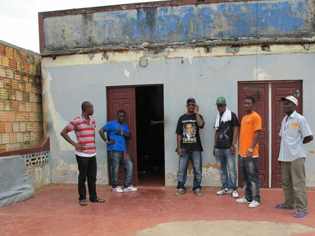 Grupo de haitianos que vive em Tabatinga - Crédito: Foto: Luciana Rossetto/G1