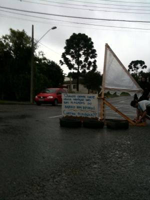 Moradores do bairro Bom Retiro, em Curitiba, protestaram na tarde desta segunda-feira - Crédito: Foto: Odilon Araújo/ RPC TV