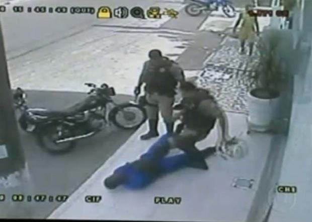 Presos policiais suspeitos de agredir menor -