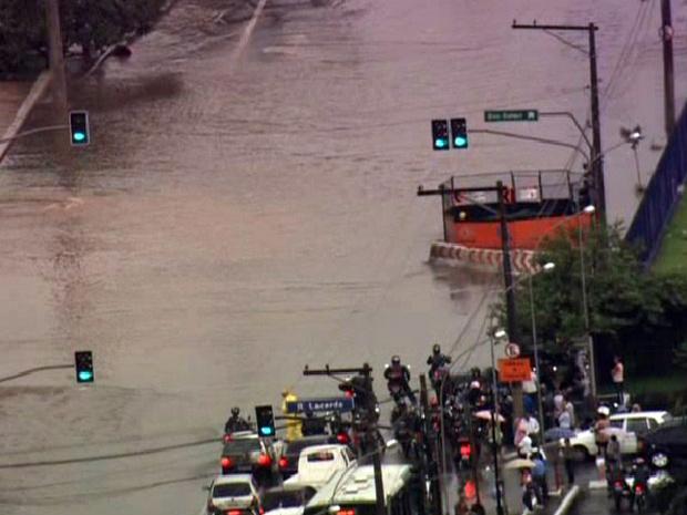 Avenida Abraão de Morais, na Zona Sul, fica alagada - Crédito: Foto: Reprodução/TV Globo