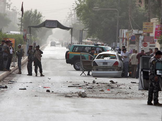 Forças de seguranças iraquianas inspecionam local de ataque em Bagdá em outubro de 2010 - Crédito: Foto: Karim Kadim/AP