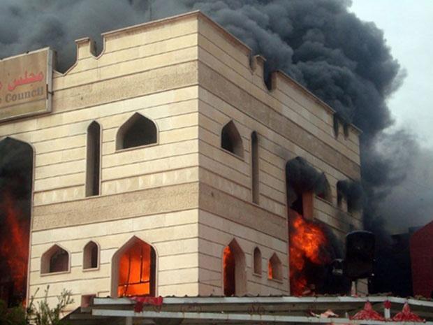 Prédio público é incendiado por manifestantes em protesto na cidade iraquiana de Kut nesta quarta-feira - Crédito: Foto: AFP