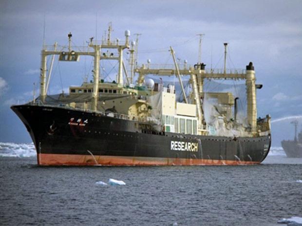 Navio da ONG Sea Shepherd fotografo em mares no Japão em 10 de fevereiro. - Crédito: Foto: Sea Shepherd/ AFP