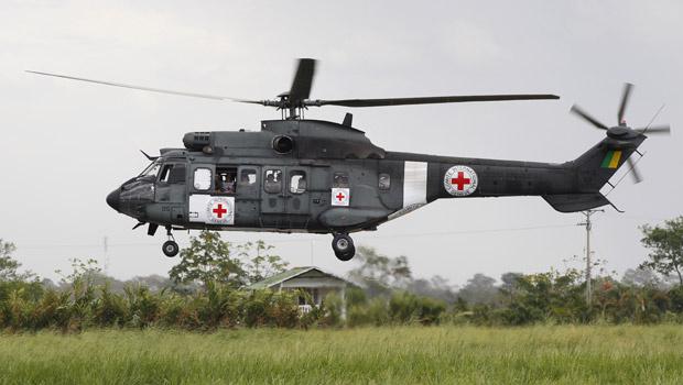 Helicóptero militar brasileiro, com os símbolos da Cruz Vermelha Internacional, pousa no aeroporto de Villavicencio, na Colômbia, em 8 de fevereiro. - Crédito: Foto: AP