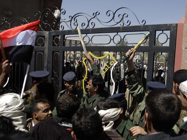 Manifestantes pró e contra o governo enfrentam-se nos portões da Universidade de Sanna, no Iêmen, nesta quarta-feira - Crédito: Foto: Reuters