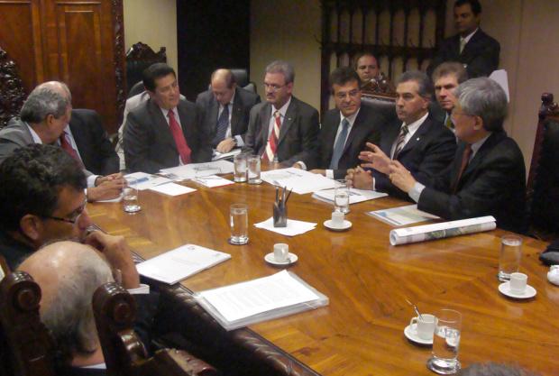 Bancada, governadores e técnicos reunidos em Brasília para discutir ferrovias em MS - Crédito: Foto : Rodrigo Pael