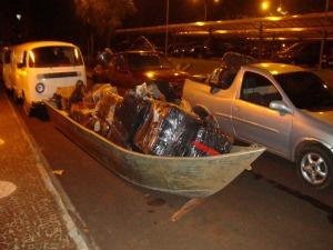 Barco com caixas de cigarros contrabandeados do Paraguai. - Crédito: Foto: Jorge Leandro/ Força Nacional