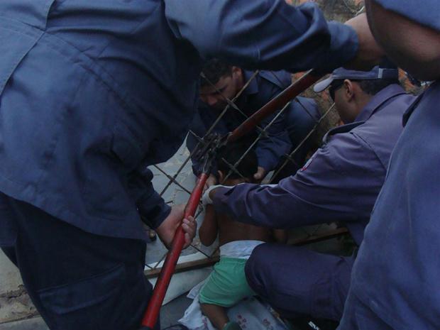 Bombeiros cortam grades para tentar retirar criança - Crédito: Foto: Divulgação / Bombeiros