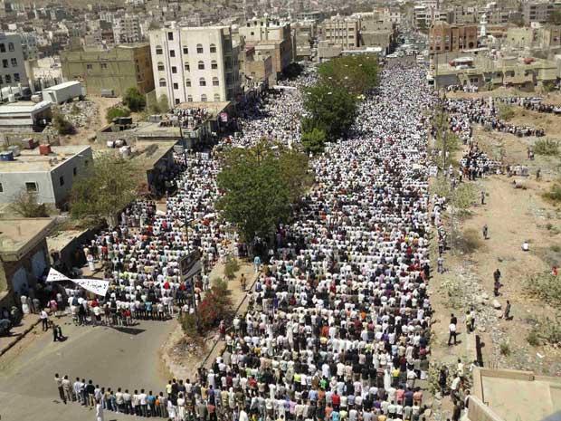 Manifestantes antigoverno rezam na cidade iemenita de Taiz - Crédito: Foto: Reuters