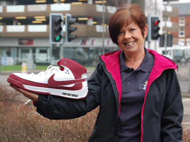 Funcionária do setor de achados e perdidos exibe o avantajado calçado - Crédito: Foto: BBC