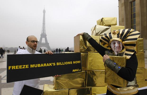 Manifestantes, um dele vestido como \'faraó\' e com a máscara de Mubarak, pedem nesta sexta-feira - Crédito: Foto: AP