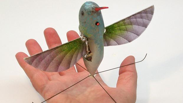 Beija-flor artificial tem uma envergadura de 6,5 polegadas e voa com precisão - Crédito: Foto: AP
