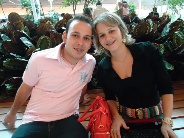 O jovem casal Thiago e Vanessa, que está a frente da Allumbra - Crédito: Foto: Divulgação