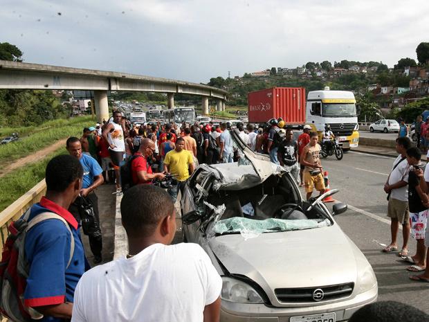 Carro atingiu moto na BR-324 na Bahia - Crédito: Foto: Gildo Lima/Agência A Tarde/AE