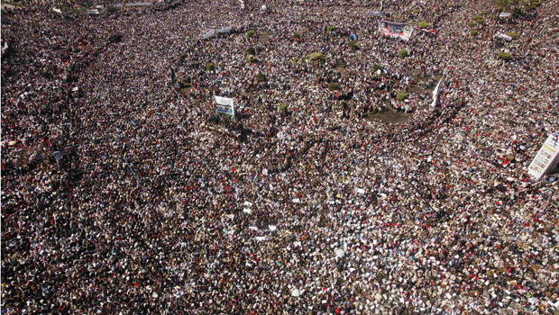 Praça Tahrir, no Cairo, lotada nas celebrações desta sexta-feira - Crédito: Foto: Reuters
