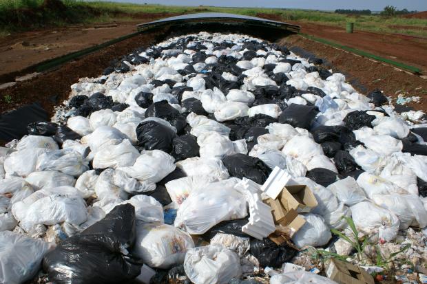 Vala séptica do aterro é lotada com lixo de escritório;custo maior ao poder público - Crédito: Foto: Hédio Fa-zan/PROGRESSO