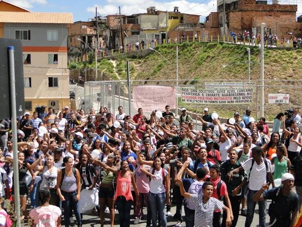 Moradores protestam após mortes no Aglomerado da Serra, em Belo Horizonte - Crédito: Foto: Pedro Triginelli/G1 MG