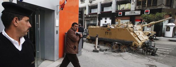 Homem deixa agência bancária fortemente policiais nesta segunda-feira - Crédito: Foto: AP