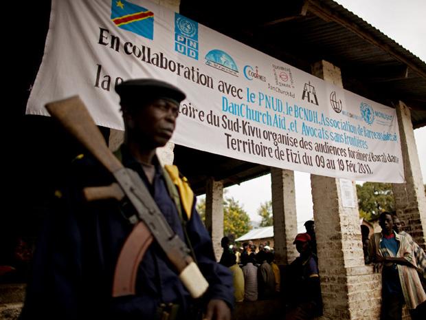 Soldado guarda, em 17 de fevereiro, o tribunal onde ocorreu o julgamento, na cidade congolesa de Baraka - Crédito: Foto: Reuters