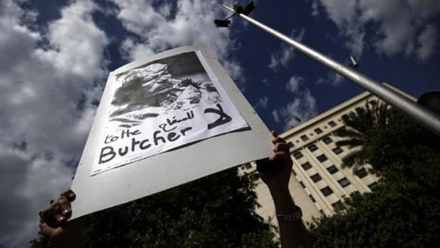 Manifestante mostra cartaz contrário ao presidente da Líbia, Muammar Kadhafi, durante protesto no Cairo, capital do Egito, nesta segunda-feira - Crédito: Foto: Reuters