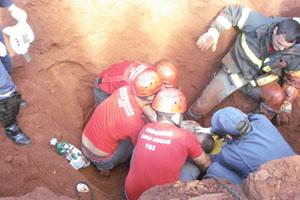 Servente de pedreiro ficou soterrado até o pescoço  - Crédito: Foto: Corpo de Bombeiros de MG/Divulgação