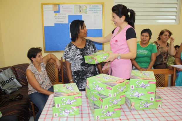 Presidente da Rede Feminina, Rosane Lopes, entrega a prótese para Maristela Gonçalves - Crédito: Foto: Hédio Fa-zan/PROGRESSO