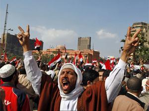 Manifestante comemora na praça Tahrir a renúncia de Mubarak - Crédito: Foto: AP