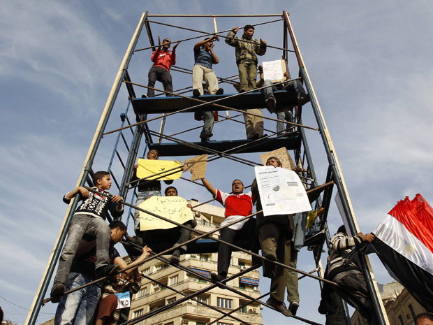 Manifestantes protestam na Praça Tahrir nesta terça - Crédito: Foto: Reuters