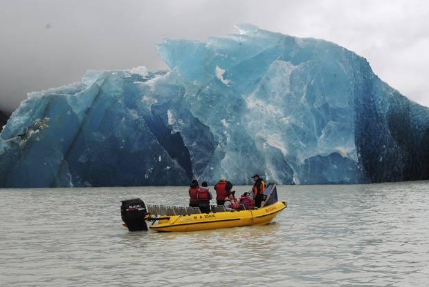 Vários icebergs se formaram no lago Tasman como resultado do terremoto de magnitude 6,3 que atingiu a cidade de Christchurch, ao sul da Nova Zelândia. - Crédito: Foto: Denis Callesen/NZPA/AP