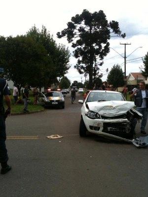 Carro e van escolar se envolvem em acidente em Pinhais - Crédito: Foto: Odilon Araújo/RPC TV