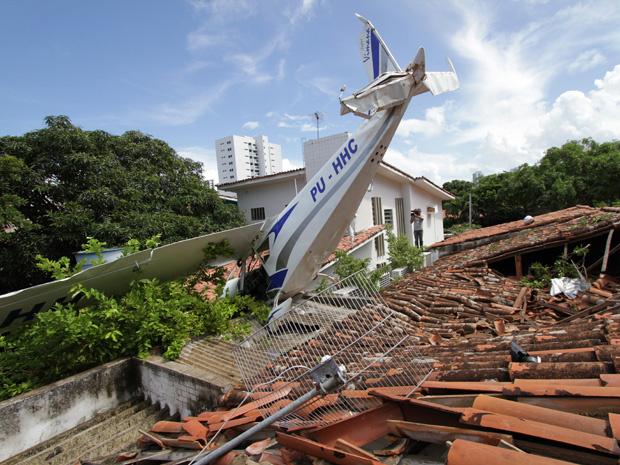 Aeronave caiu sobre telhado de casa no Recife - Crédito: Foto: Chico Porto/JC Imagem/AE
