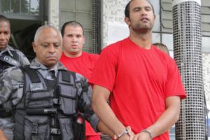 Goleiro Bruno deixa audiência no dia 26 de outubro de 2010, na Grande BH; atrás, o amigo Macarrão.  - Crédito: Foto: Alex Araújo/G1 MG