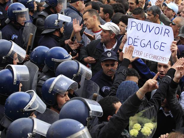 Policiais tentam impedir que a população inicie manifestação em Argel em 19 de fevereiro - Crédito: Foto: Reuters