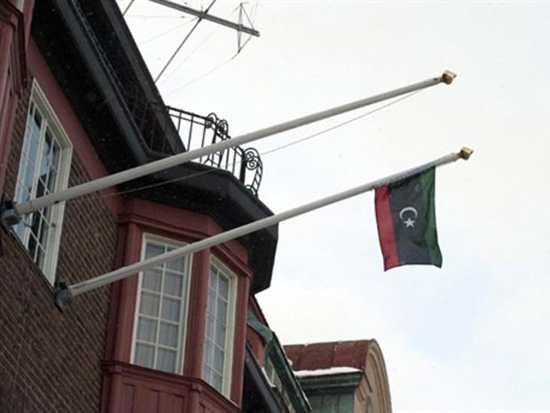 Bandeira antiga da Líbia hasteada na embaixada líbia de Estocolmo, na Suécia, após uma discussão entre protestantes e o embaixador no país - Crédito: Foto: AFP