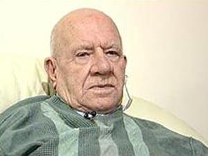 O aposentado britânico George Hudspeth, que diz ter voltado a enxergar após \'conversar\' com o retrato da esposa já falecida - Crédito: Foto: BBC