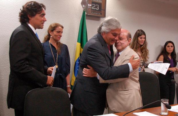 Delcídio recebe cumprimentos de Francisco Dornelles, que presidiu a sessão - Crédito: Foto :  Divulgação