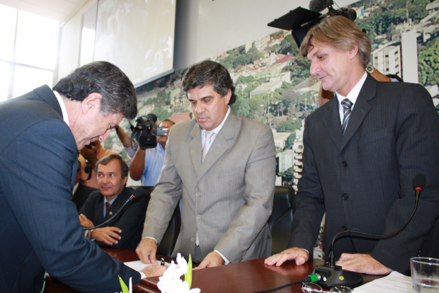 Gino Ferreira discursa em nome da Câmara e convoca todos para ajudar o novo prefeito - Crédito: Foto: Hédio Fa-zan/PROGRESSO