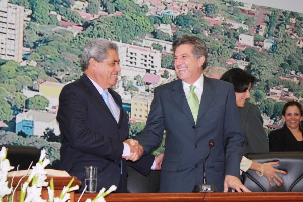 André Puccinelli cumprimenta Murilo Zauith logo após a posse do prefeito de Dourados - Crédito: Foto: Hédio Fazan/PROGRESSO