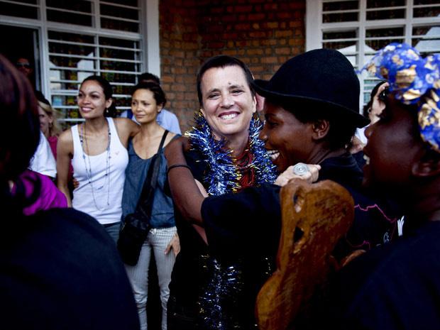 """Eve Ensler, autora de \""""Monólogos da Vagina\"""", ao centro, dança com mulheres condolesas durante a inauguração da Cidade da Alegria, em Bukavu - Crédito: Foto: Todd Heisler/The New York Times"""