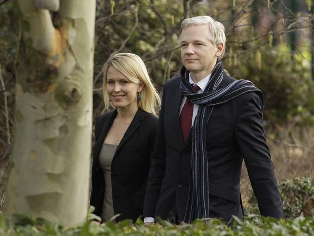 O fundador do WikiLeaks, Julian Assange, ao lado de sua advogada Jennifer Robinson, chega a audiência nesta quinta-feira - Crédito: Foto: AP