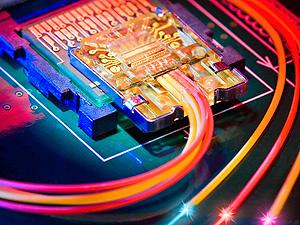 """Chip controlador da tecnologia \""""Light Peak\"""" que permite taxas de transferência 12 vezes mais rápidas do que a Firewire 800 - Crédito: Foto: Divulgação"""