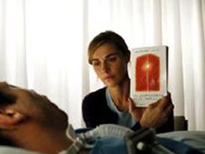 Cena do filme \'O Escafrandro e a Borboleta\', que fala sobre a síndrome \'Locked-In\' - Crédito: Foto: BBC