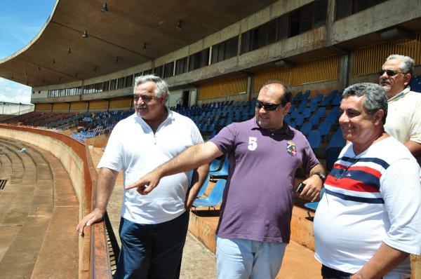 Francisco Cezário, Antonio Coca e Rubens Lopes no interior do Estádio Douradão ontem de manhã Foto: A Frota -
